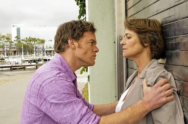 Dexter: Charlotte Rampling e Michael C. Hall nell'episodio A Beautiful Day