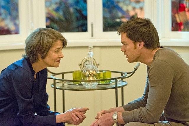 Dexter: Michael C. Hall e Charlotte Rampling nell'episodio Every Silver Lining