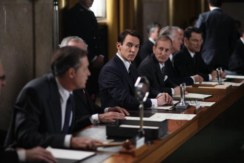 Jonathan Rhys Meyers (al centro) in Belle du Seigneur