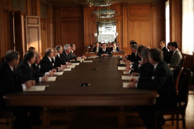 Jonathan Rhys Meyers (al centro, in fondo) nel dramma francese Belle du Seigneur