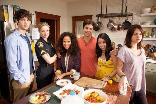 The Fosters: Teri Polo, Sherri Saum, Cierra Ramirez, Maia Mitchell e David Lambert in una foto promozionale della serie