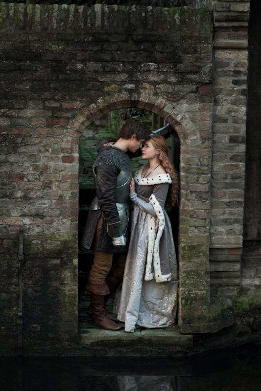 The White Queen: Rebecca Ferguson e Max Irons in una foto promozionale della serie