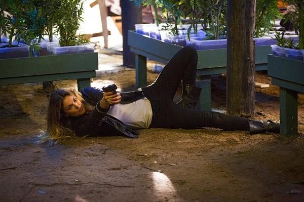 Graceland: Serinda Swan in una scena dell'episodio I'm Yours