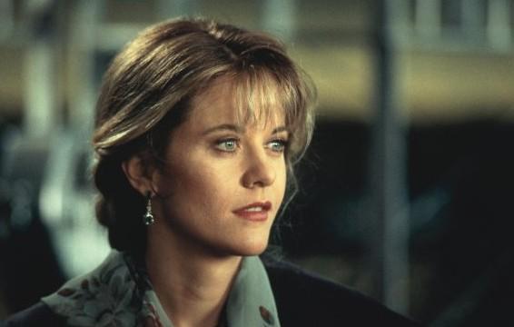 Meg Ryan in una scena di Insonnia d'Amore. I capelli biondi sono raccolti in una treccia, alle orecchie porta un orecchino pendente. Sta guardando un punto indistinto.