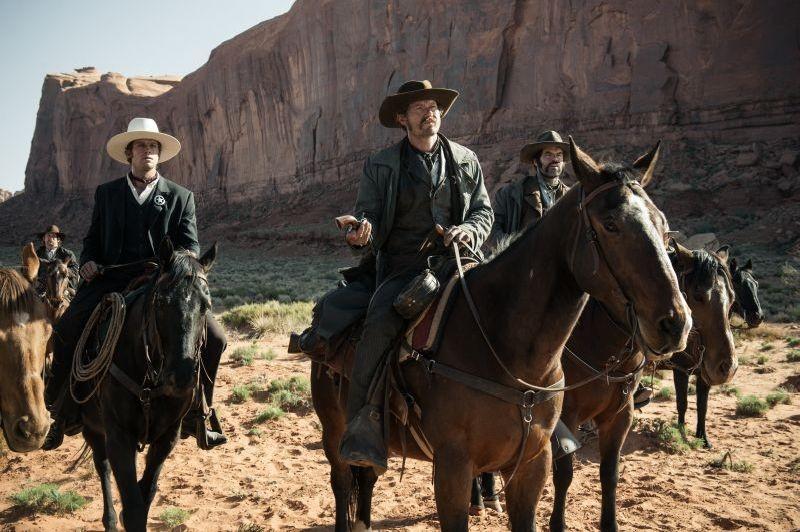 The Lone Ranger: Armie Hammer in una scena a cavallo insieme a James Badge Dale