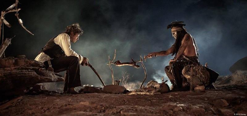 The Lone Ranger: Johnny Depp e Armie Hammer intorno a un falò in una scena del film