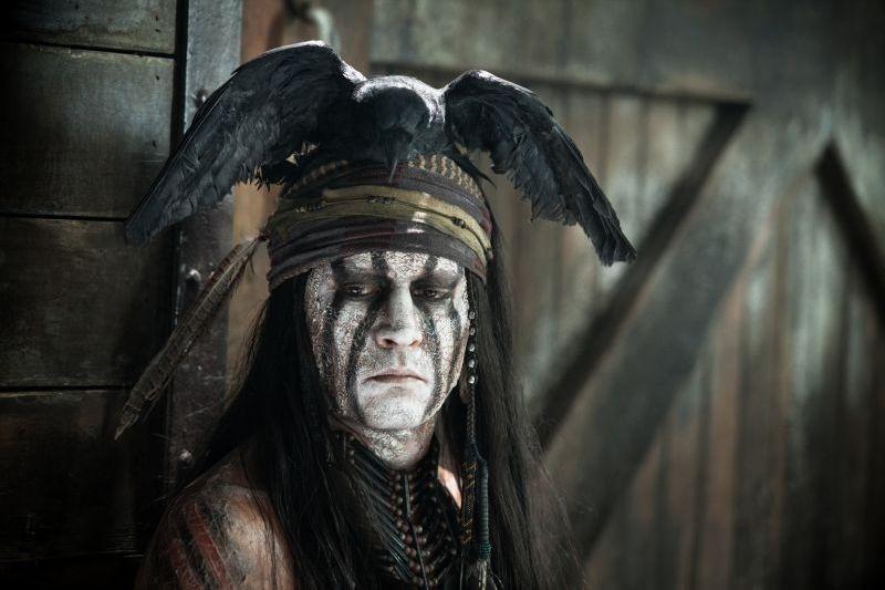The Lone Ranger: Johnny Depp pensieroso nei panni dell'indiano Tonto in un'immagine del film