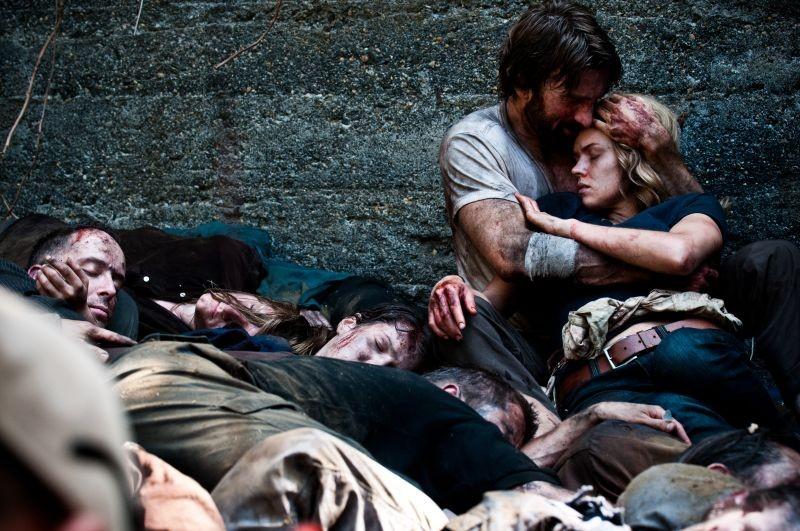 Open Grave: Erin Richards e Sharlto Copley in una scena del film