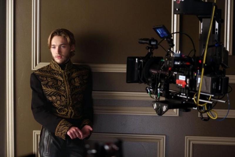 Reign: Toby Regbo sul set della serie CW