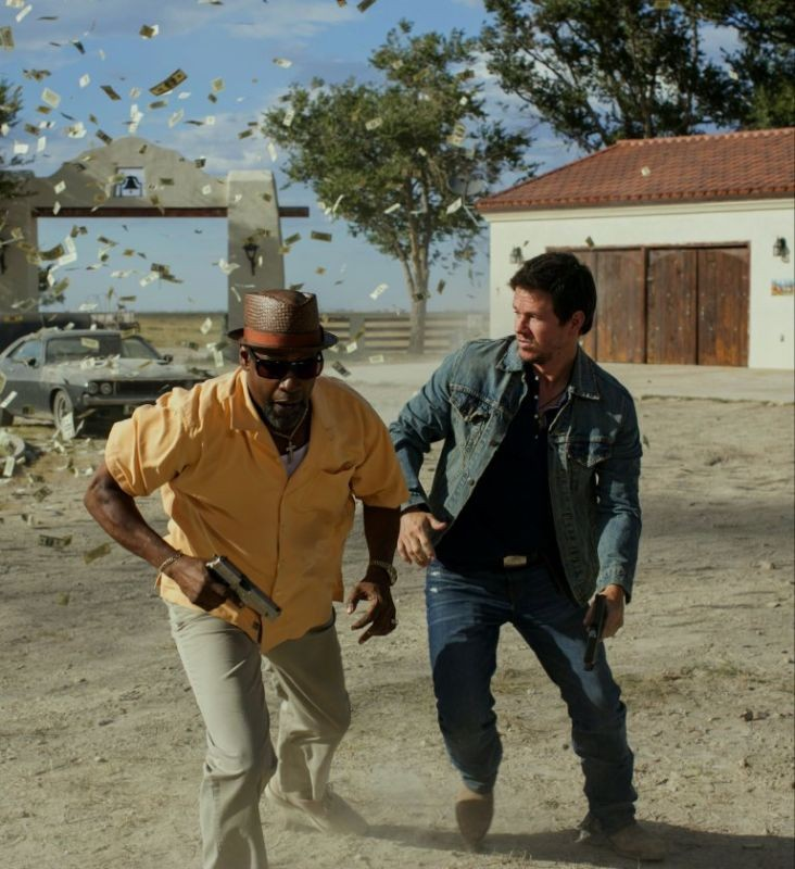 Cani sciolti: Denzel Washington e Mark Wahlberg in azione in una scena del film