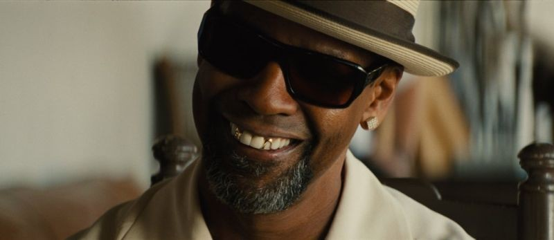 Cani sciolti: Denzel Washington sorride in una scena del film