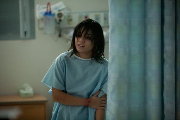 Vanessa Hudgens in tenuta ospedaliera in The Frozen Ground