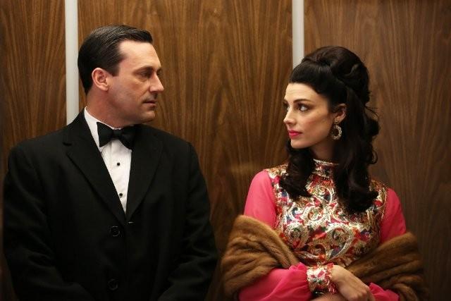 Mad Men: Jon Hamm e Jessica Paré in una scena dell'episodio The Flood