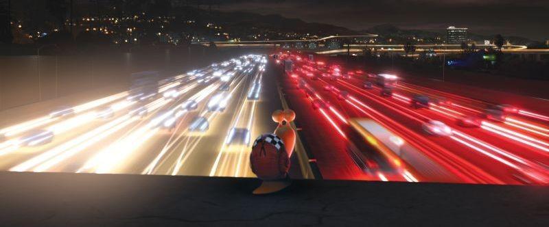 Turbo: la lumachina Turbo guarda le auto sfrecciare a grande velocità in una scena del film