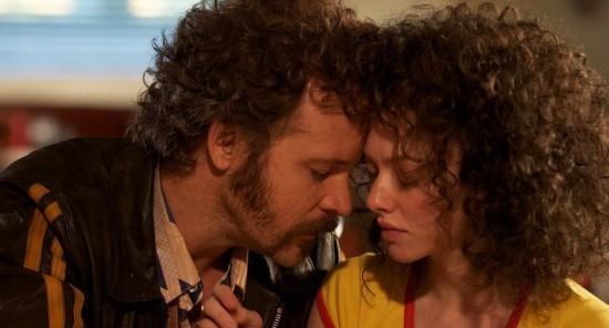 Amanda Seyfried e Peter Sarsgaard in un momento romantico di Lovelace