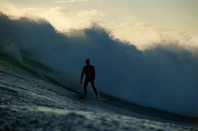 Drift: un surfista cavalca le onde in una suggestiva immagine del film