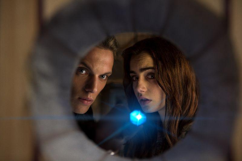 Shadowhunters - Città di ossa: Lily Collins e Jamie Campbell Bower in un momento del film