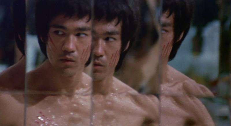 Bruce Lee in una scena de I tre dell'Operazione Drago