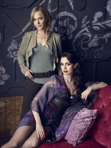 Defiance: Mia Kirshner e Julie Benz in una foto promozionale