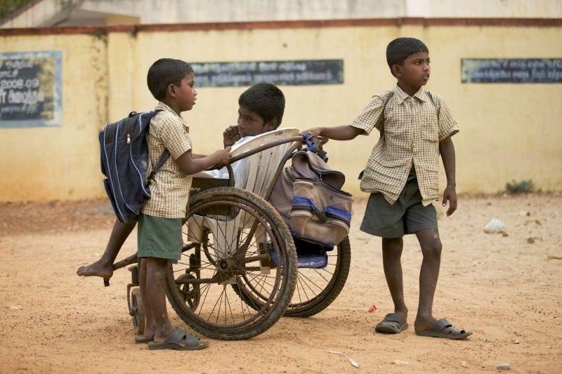 On the Way to School: una scena del film incentrato sull'infanzia