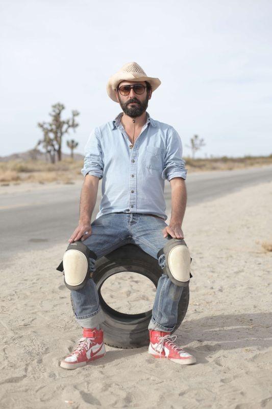 Wrong Cops: il regista Quentin Dupieux in un'immagine promozionale del film