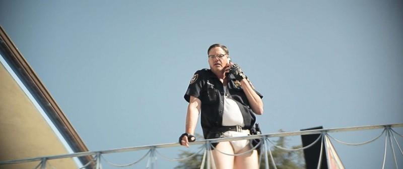 Wrong Cops: Mark Burnham in mutande in una scena del film