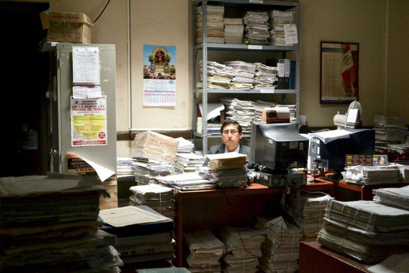 El mudo: Fernando Bacilio in una scena tratta dal film nei panni del giudice Constantino Zegarra