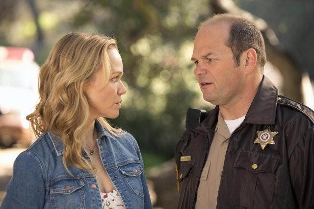 True Blood: Chris Bauer e Lauren Bowles nell'episodio Fammi entrare