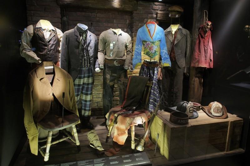 Un'immagine dei costumi di Gangs of New York esposti ad una mostra scorsesiana