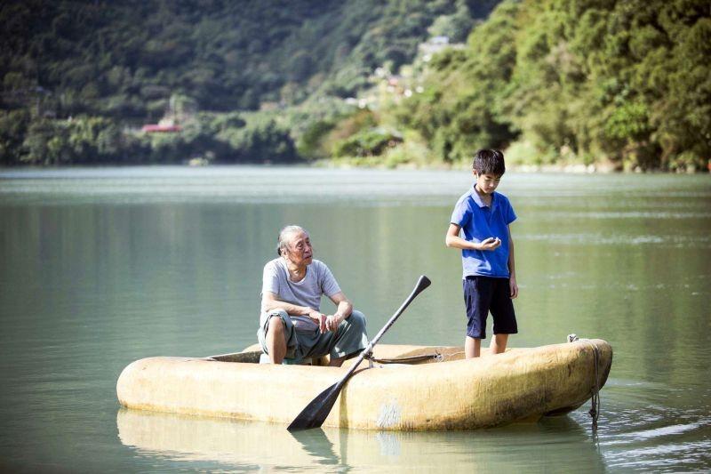 A Time in Quchi: Bao, il piccolo protagonista del film, insieme al nonno in una scena