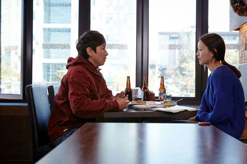 Our Sunhi:  Sunkyun Lee con Yumi Jung in una scena