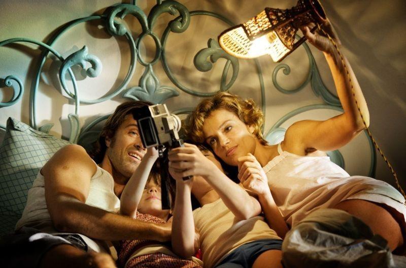 Anni felici: Kim Rossi Stuart e Micaela Ramazzotti insieme ai loro bambini in una scena del film
