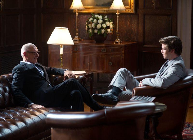 Harrison Ford in una scena Il potere dei soldi con Liam Hemsworth