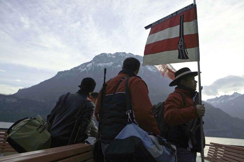 Heritage: una scena del documentario sulla fascinazione per le armi in Svizzera