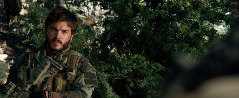 Lone Survivor: Emile Hirsch in una scena del film sulla missione dei Navy Seals in Afghanistan
