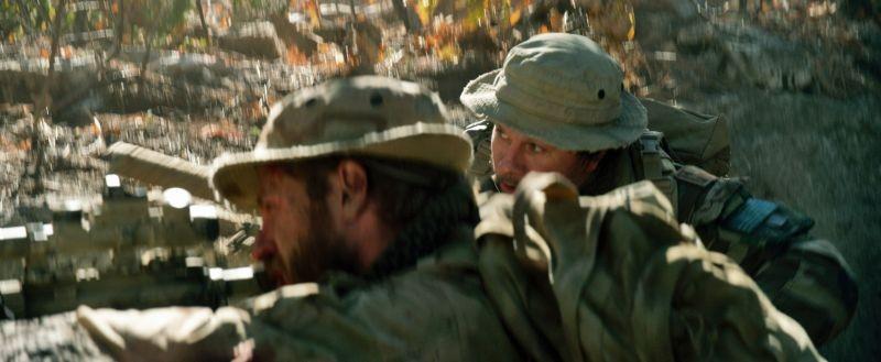 Lone Survivor: Mark Wahlberg e Ben Foster in una scena