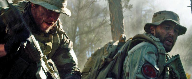 Lone Survivor: Taylor Kitsch e Mark Wahlberg in azione in una scena