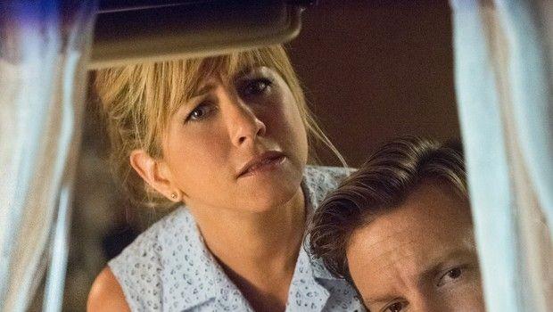 Come ti spaccio la famiglia: Jennifer Aniston e Jason Sudeikis si affacciano al finestrino del camper
