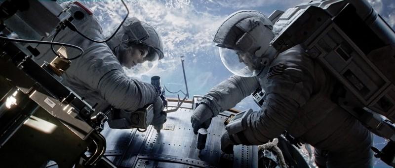Gravity: Sandra Bullock e George Clooney fluttuano nello spazio in una scena