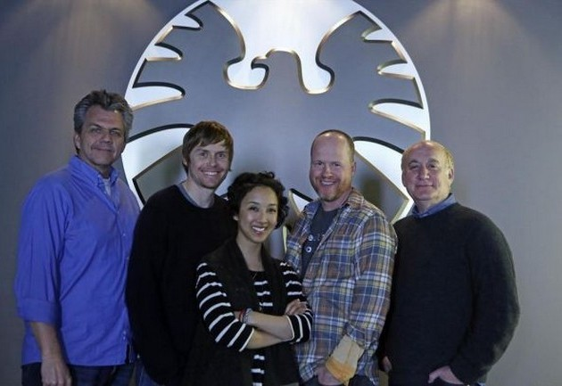 Agents of S.H.I.E.L.D.: i produttori Jeffrey Bell, Jed Whedon, Maurissa Tancharoen, Joss Whedon, Jeph Loeb sul set della serie