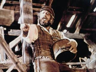 Chaim Topol in una scena del film Il violinista sul tetto