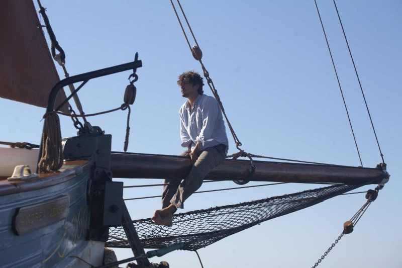 Una piccola impresa meridionale: Riccardo Scamarcio in barca in una scena del film