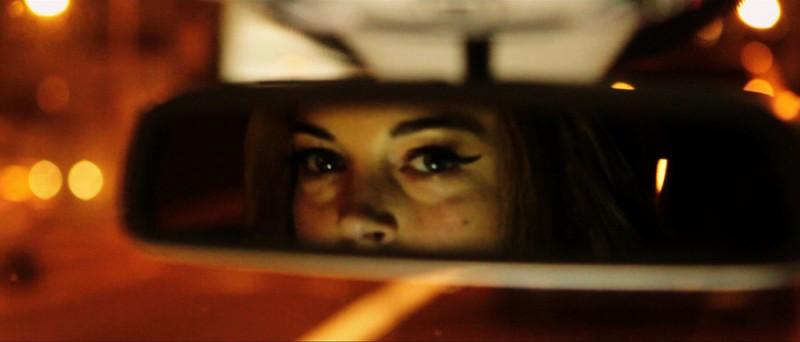 The Canyons: lo sguardo di Lindsay Lohan si riflette nello specchietto retrovisore in una scena