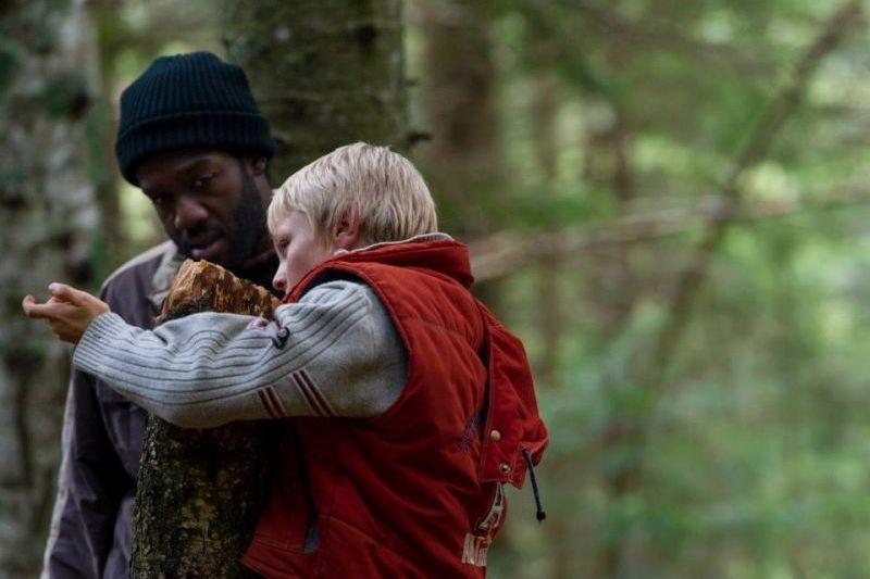 La prima neve: Jean Christophe Folly in una scena insieme al piccolo Matteo Marchel