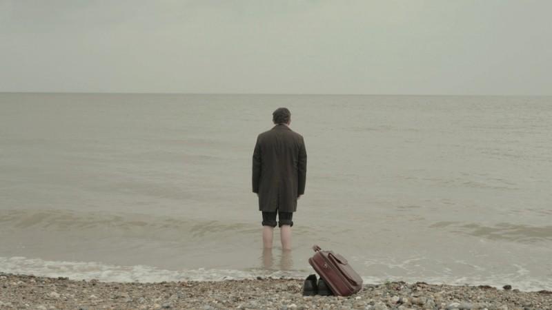 Still Life: Eddie Marsan di spalle in una scena