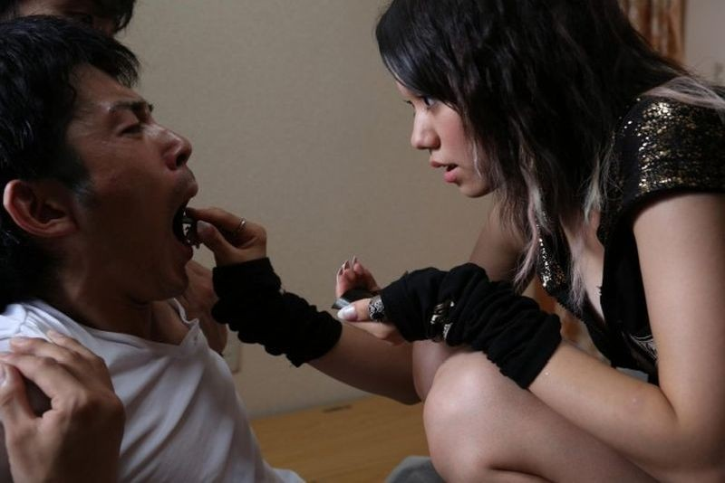 Why Don't You Play in Hell?: Fumi Nikaidô in una scena