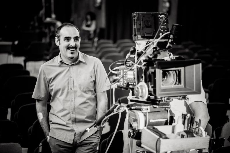 L'arbitro: il regista del film Paolo Zucca sorride sul set del film