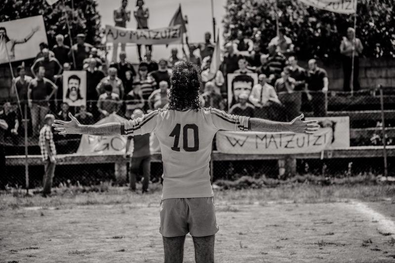 L'arbitro: Jacopo Cullin (di spalle) in una scena del film nei panni di Matzutzi