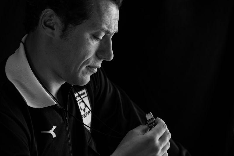 L'arbitro: una bella immagine di Stefano Accorsi tratta dal film