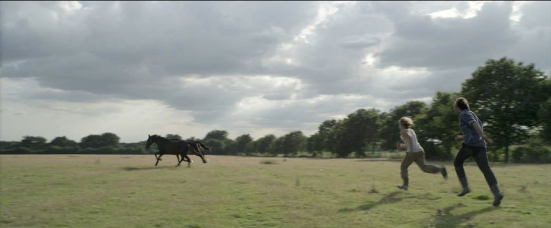La belle vie: Nicolas Bouchaud e Zacharie Chasseriaud corrono dietro a un cavallo in una scena del film